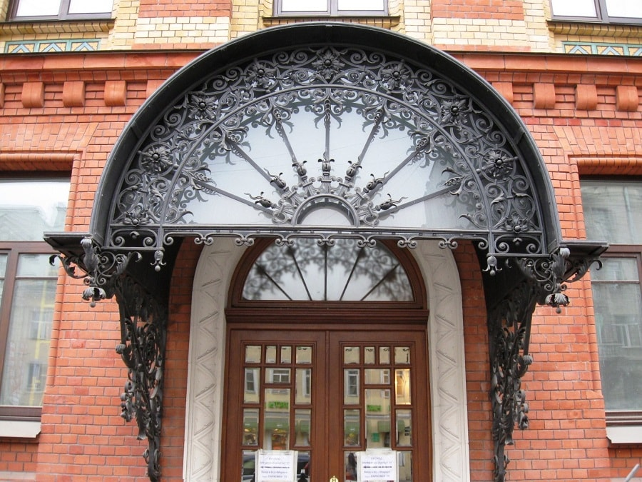 прикрашена арка над входом