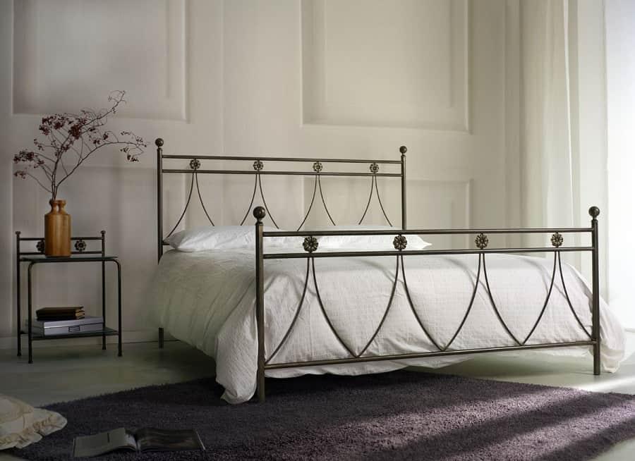 коване ліжко в готичному стилі
