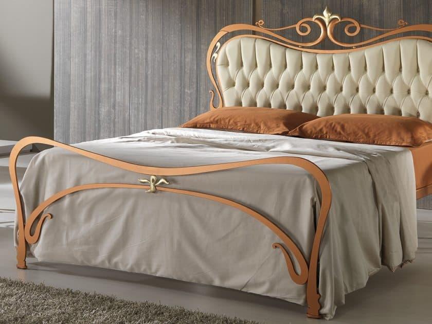 коване ліжко з м'яким стьоганим узголів'ям