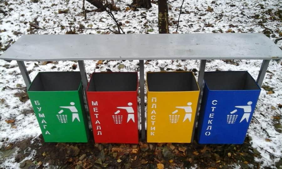 Контейнери для роздільного збору сміття в парку