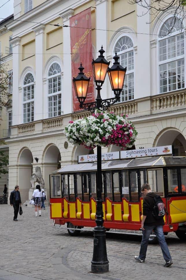 Фото 1. Стилізований ліхтар на львівській вулиці.