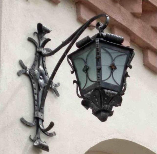Фото 2. Настінний ліхтар біля входу в ресторан.