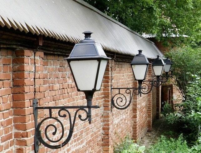 Фото 3. Коване освітлення стіни монастирської каплиці